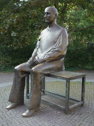 p8-9_Conklin_Bertolt-Brecht-sculpture.jpg
